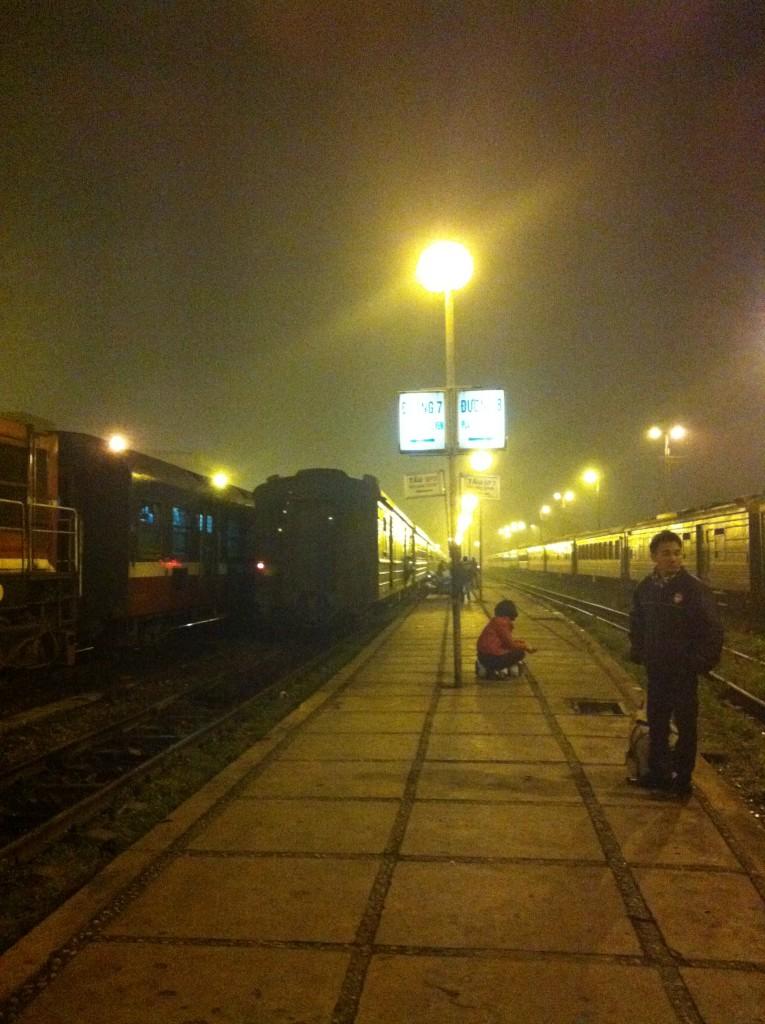線路と段差のないホーム。列車はとても長く、ひとつの列車にいろいろな会社の車両がつながっているので、毎回自分たちの乗る車両を探すのに苦労します。