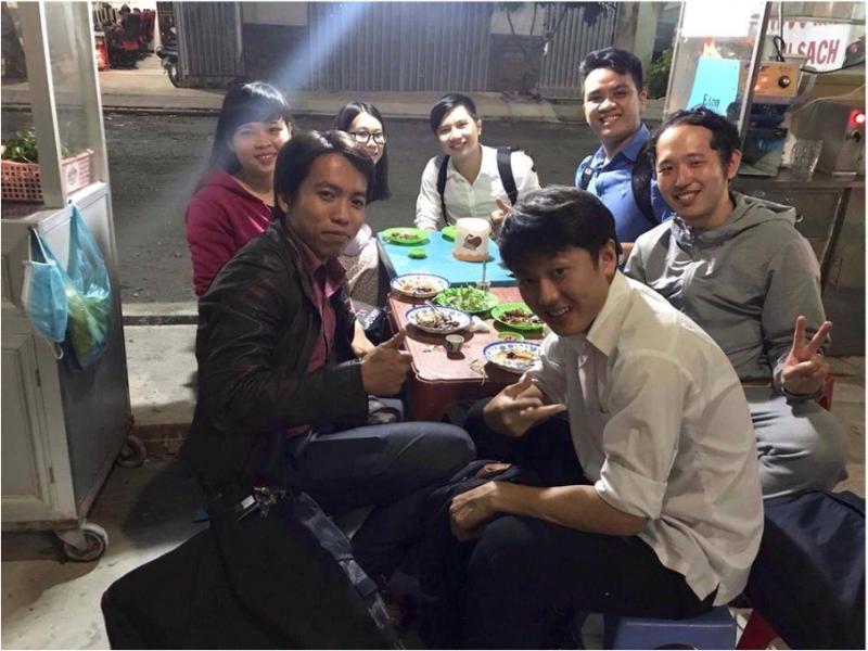 ホストのV君と彼の生徒さん達。とても印象に残った夕食でした。