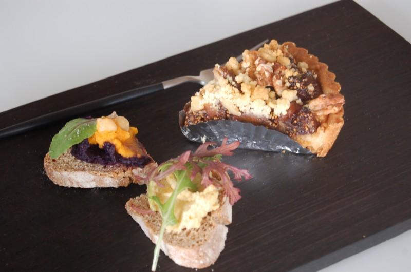 ニンジンと紫芋、ひよこまめのペーストをのせたお手製のパンを御馳走になる。 調味料は塩とオリーブしか使っていないけれど、本当においしい!! 最高の食材をその味の頂点を見極めて調理されているまさに絶品ペースト。