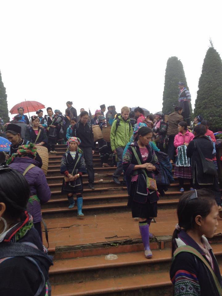 広場には物売りの女性がたくさん集まっています。藍色の衣装を着ているのは黒モン族の女性たちです。