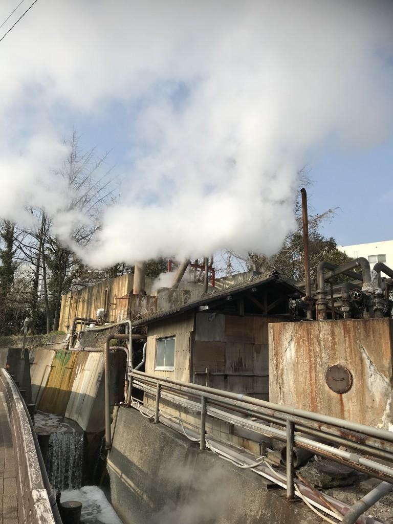 鉄輪温泉の[地獄」、地熱を利用した調理台など、蒸気の吹き出し口を地獄というそうだ。