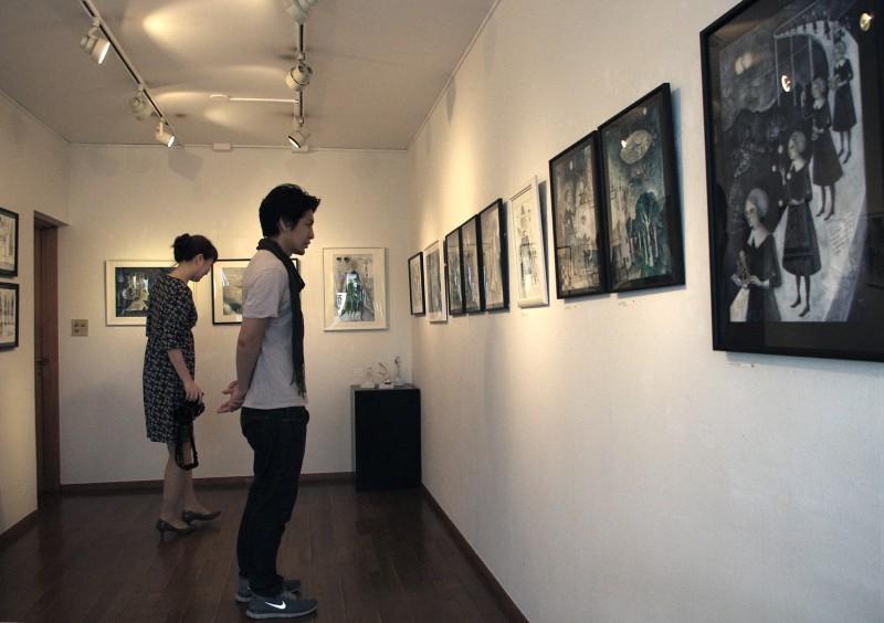前回2013年にギャラリーハウスマヤ(青山)で開催した「仮想空間実験室」展の様子。多くの方に来ていただきました。オーディナリー編集部のみんなも。