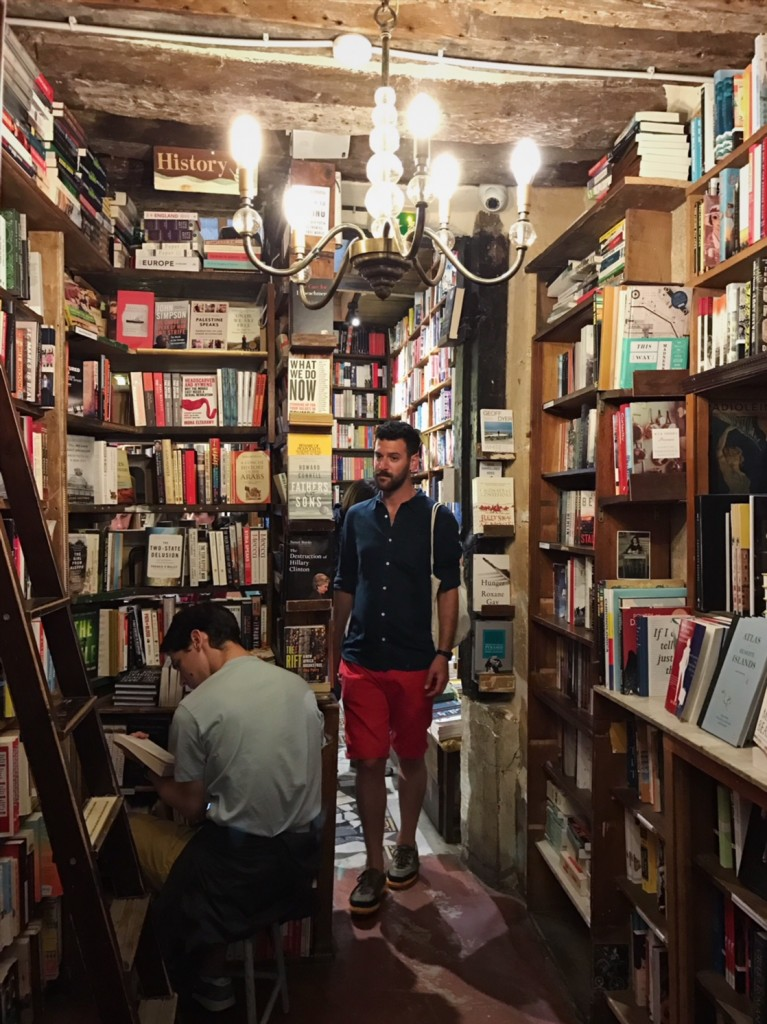 パリの書店シェイクスピア・アンド・カンパニーの中(フランス・パリ)