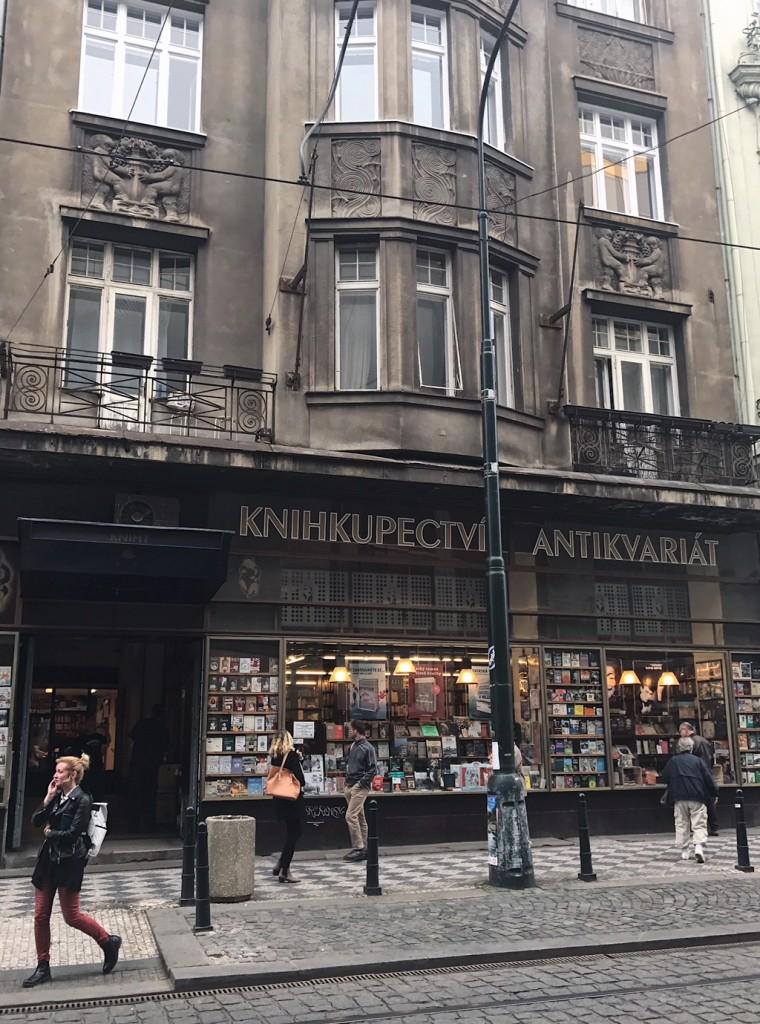 チェコの書店。新旧の素敵なアートブックがたくさんでした。(チェコ共和国・プラハ)