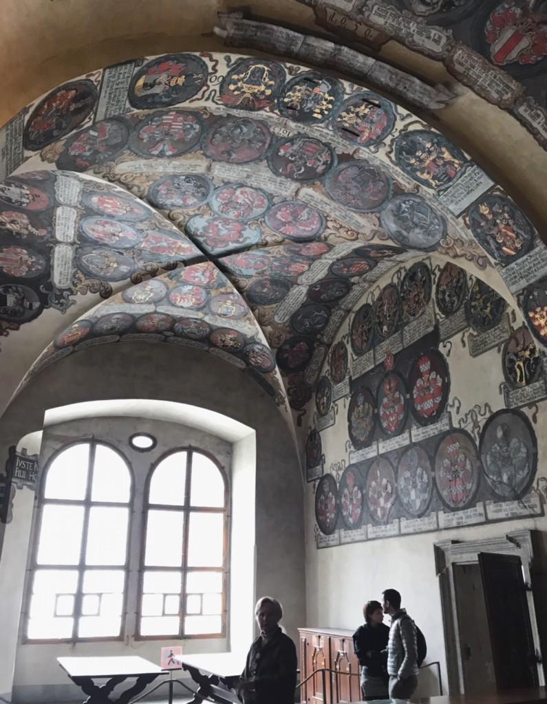 チェコ城内部。壁に描かれたたくさんの家紋が鮮やか。(チェコ共和国プラハ)