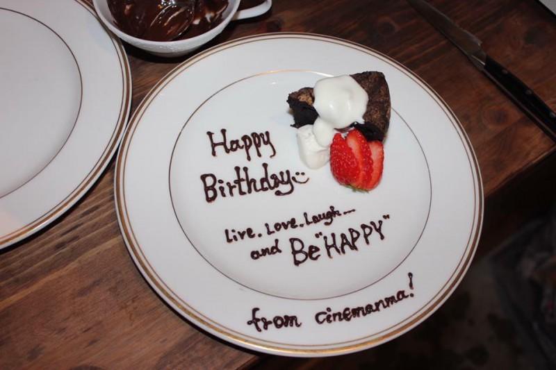 お話をしていると、お誕生日を控えた方が二人いたので急遽サプライズケーキに変更。作り手とゲストがコミュニケーションを取れると、知らない人同士の食卓が急にお誕生日会に変わったりすることもあるようです。