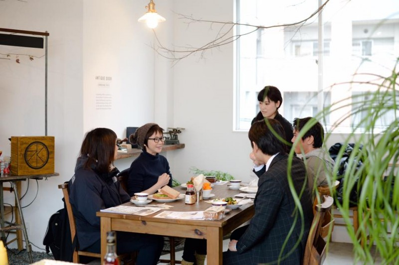 イベントでの様子。料理の説明や自身の活動内容、ゲストのお仕事のお話も伺います。