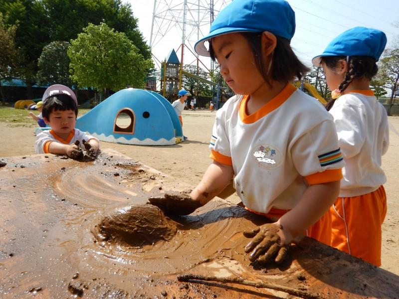 泥遊び用に質を選んだどろんこ。可変性のある泥はいろいろな見立て遊びにできたり、その触感を楽しめたり、子供たちの創造力を掻き立ててくれる。