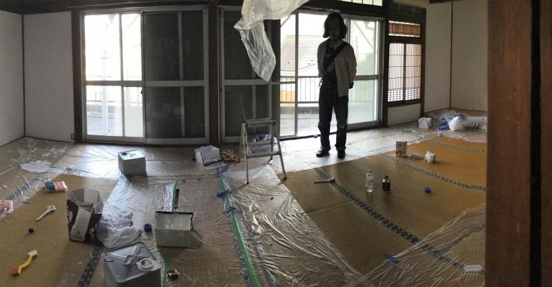 お邪魔した当日はまだ内装作業の途中で、和室の壁を塗り直していました。写真には映っていないですが、味わい深い吊り天井なのも気に入った点のひとつ。