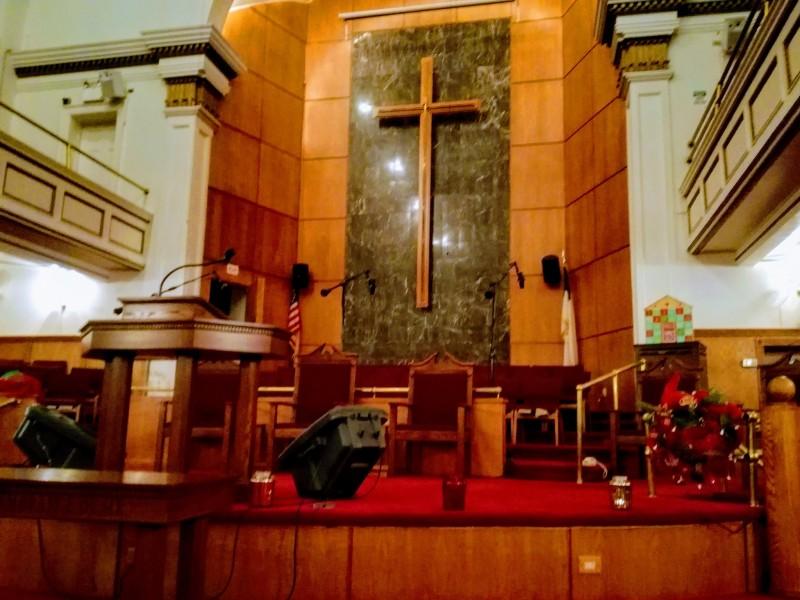 教会の中。中央がで牧師さんがお説教する演台。