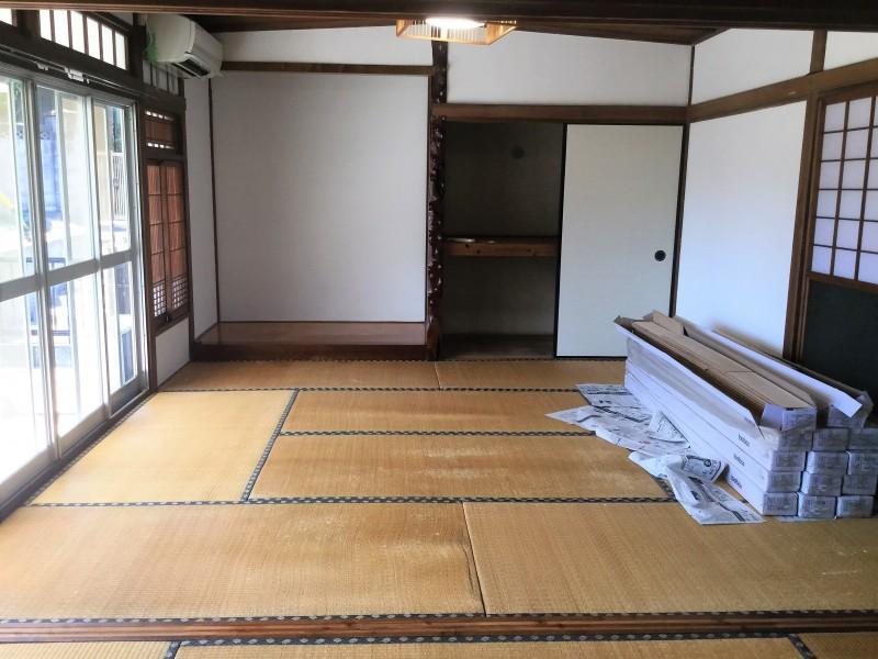 床を敷く前に、床の段差を無くしつつ防カビ・調湿を行ってくれる下地材『TUPLEX』を畳の上に敷きます。