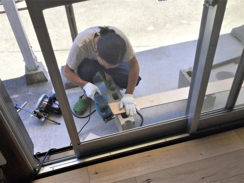 さて、ここからは実際に床をはめ込んでいく地道な作業がスタート。フローリング一枚一枚に凹凸のあるサネがついているので、パチッとはめ込むことで釘やボンドを使わずに繋げていくことができる仕組みです。ゆるみやゆがみがあると、あとあと大きなズレになってくるため、はめ込む作業は丁寧さに定評のある店主が担当。大ざっぱなヨメは、次々と空いていく箱をつぶしたり、長さの分類をしたりのアシスタント作業と、それぞれ分業体制で進めることに。