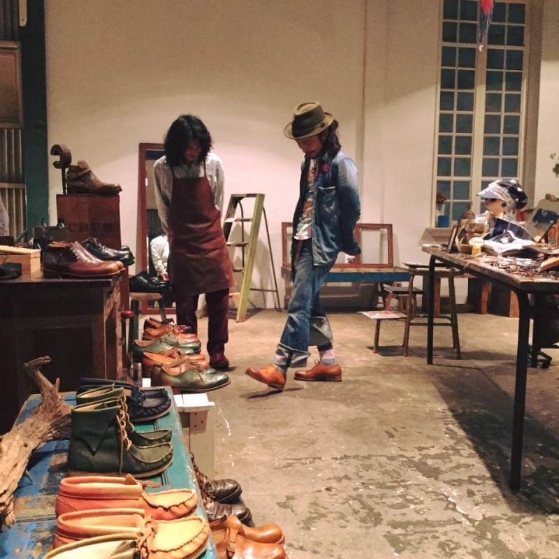 """店主もヨメも靴を作っていただいた『はきもの工房うえの』の上野さん。""""大切な足とくらしに沿う靴""""をコンセプトに、一足一足丁寧に手作りするその様子はやっぱりカッコいいし、すごいなあ!と素直に尊敬します。"""
