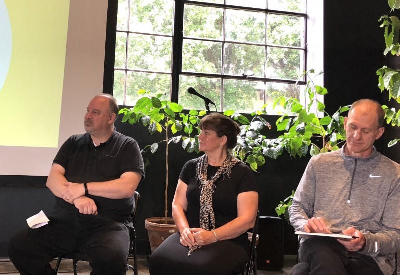 真ん中の女性がパム・ウェストラさん。ポートランド・スタディツアーでの3人の起業家トークセッション。筆者撮影。
