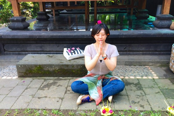 ヒンズー教のやり方で祈りを捧げる。おでこに米粒をつけ、頭の上と耳のところに花をのせられ、お祈りをする。呪文みたいなものも教えてもらった気がするけれど、忘れちゃった(笑)