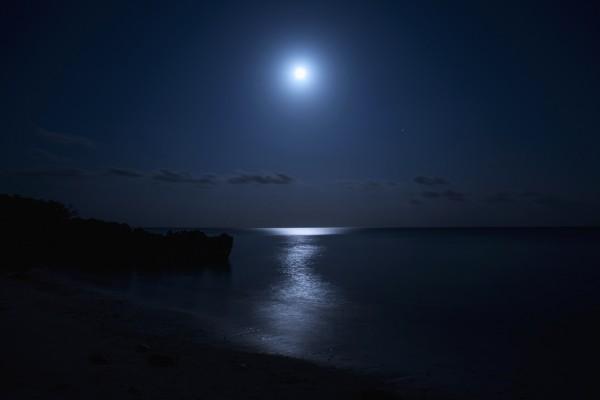 月は明るい