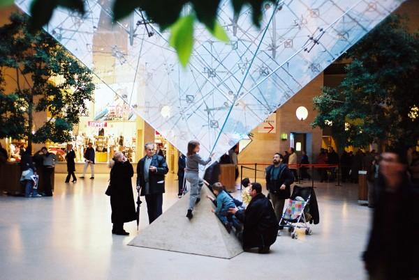 初めてルーヴル美術館に行く時に立ち寄って撮った一枚。ルーヴル美術館前にある「ルーヴル・ド・カルーゼル」にある逆ピラミッド。ルーヴル美術館の中庭に設置されているガラスのピラミッドを縮小して上下を逆にしたデザインがまた美しいのです